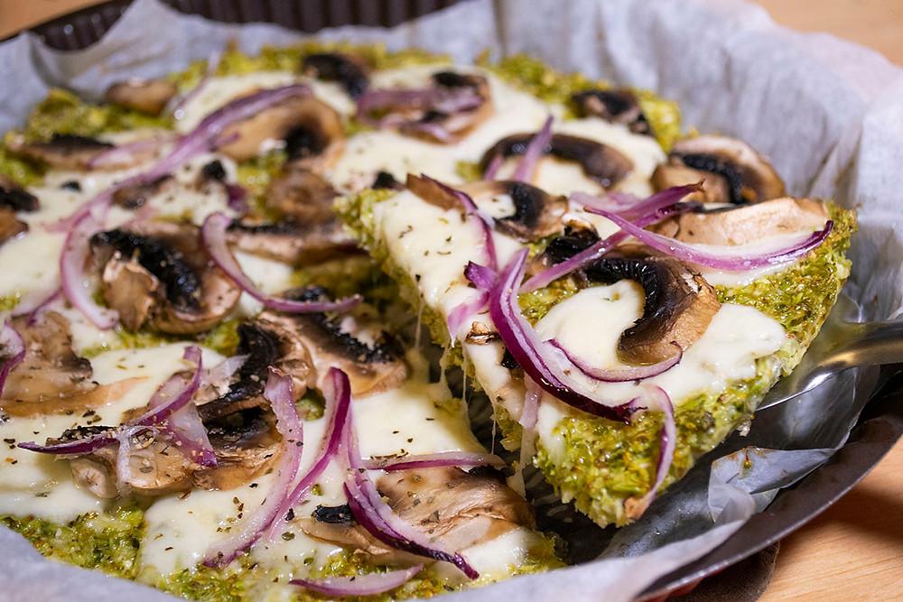 Pizza base brocoli service fromage filant