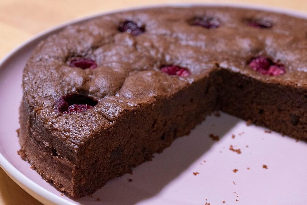 Gâteau régal chocolat framboises découpé intérieur