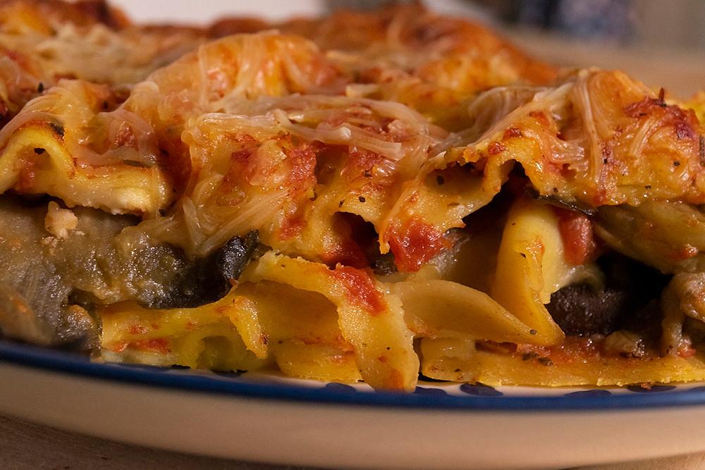 Gros plans lasagnes aux aubergines