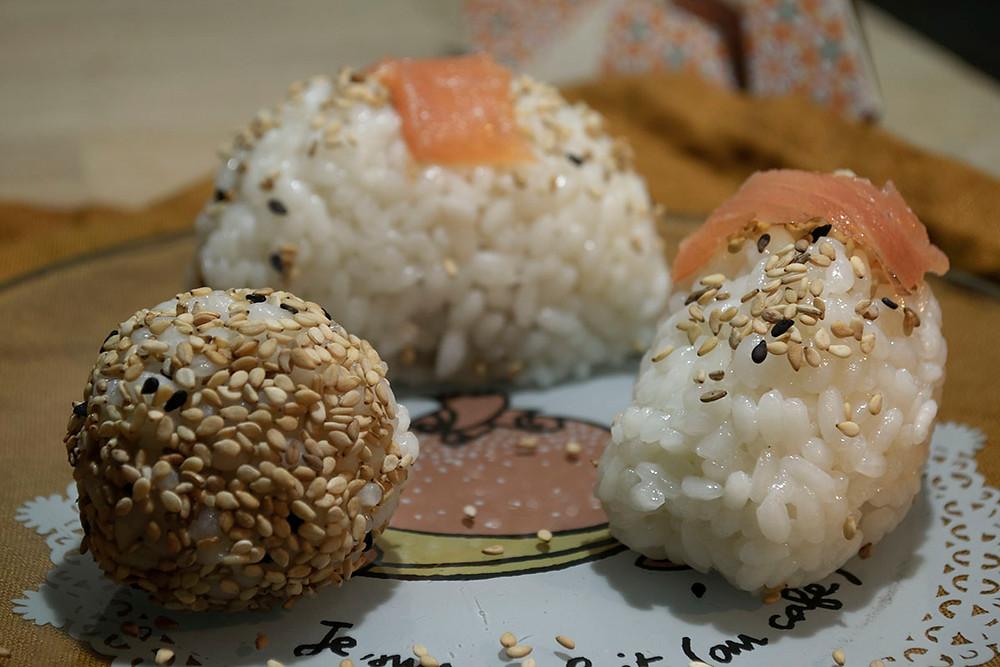 Assiette d'onigiris saumon et sésames