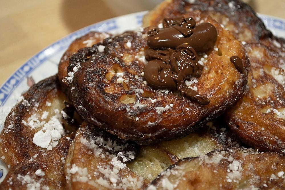 Beignets de banane sucre glace et chocolat
