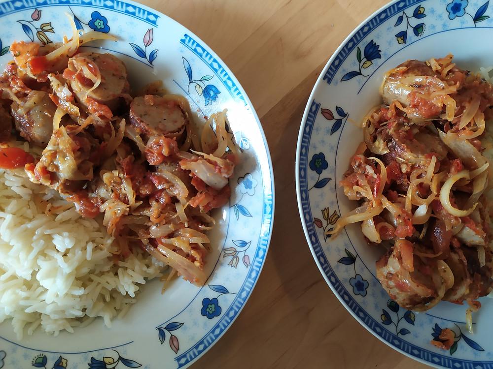 Assiettes de riz et rougail saucisses