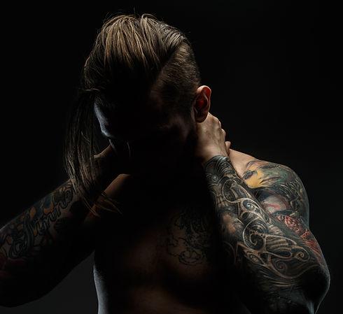 Mann mit Tätowierungen