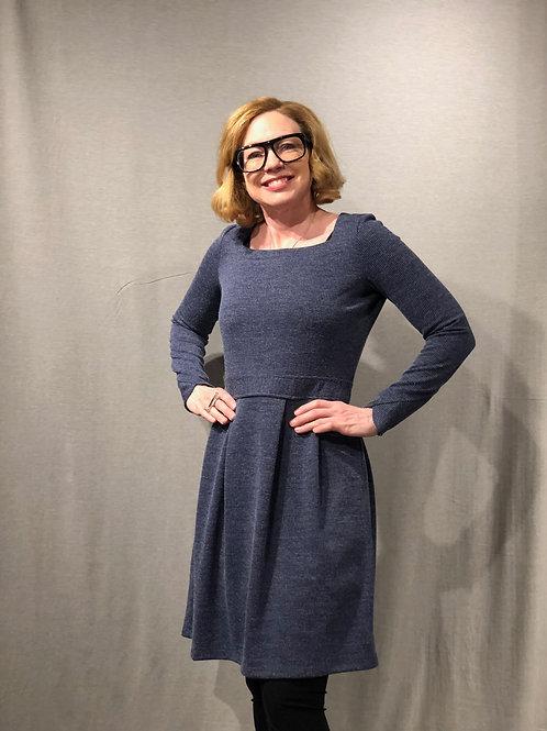 K154 Robe à plis couchés devant et dos encolure carrée bleu violacé côtelé