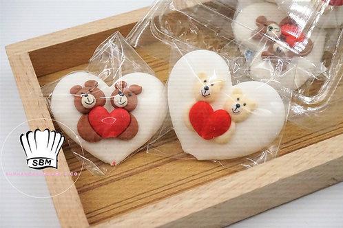 น้ำตาลปั้นลายหมีถือหัวใจ