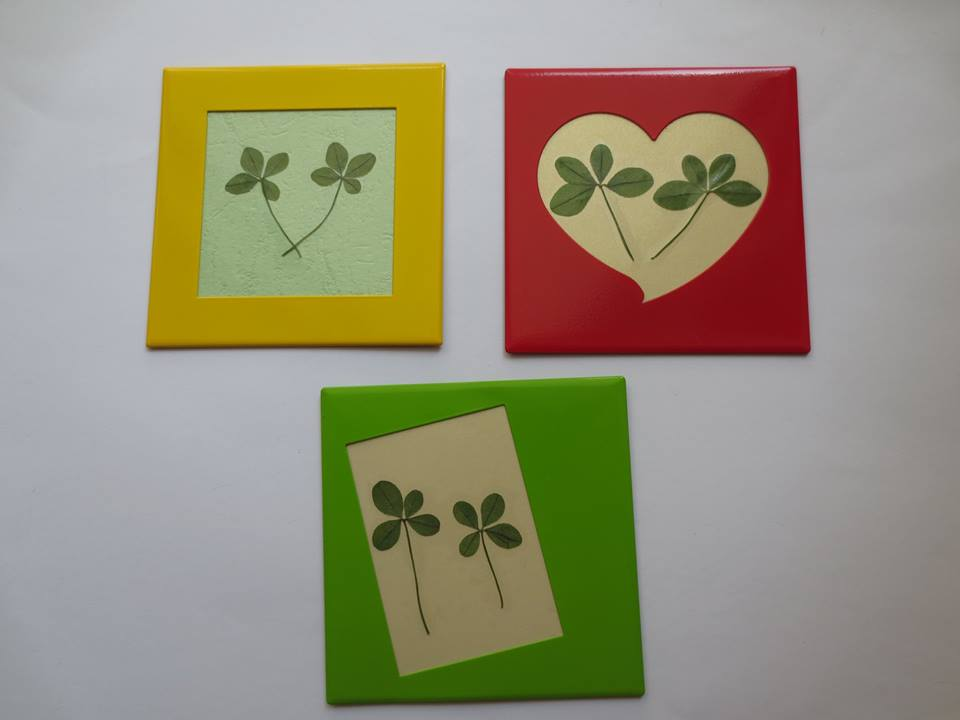 Double clovers on fridge magnets