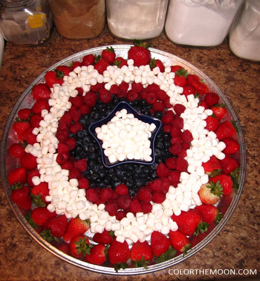 This Captain America shield-themed fruit platter is SO DELICIOUS and so easy to make! What a great idea for a Captain America birthday party!