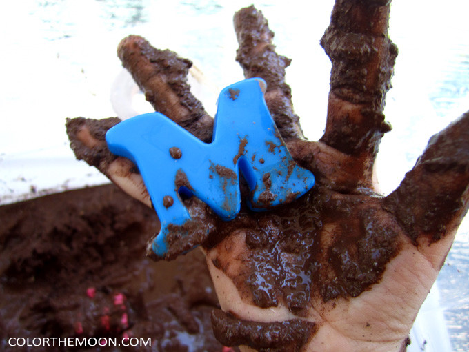 This Mud sensory bin is SO FUN and so easy to make! What a great way to teach kids about the letter M!