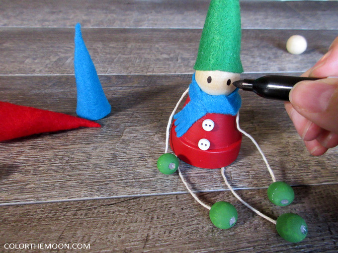 These felt and bead holiday elves are SO CUTE and so easy to make. What a great Christmas craft for kids.