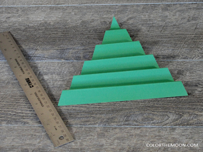 This folded paper tree is SO EASY to make! What a great Christmas craft for kids!