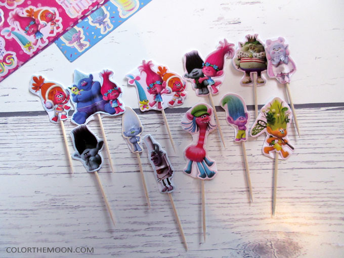 These DIY Trolls cupcake toppers are SO EASY to make! What a great idea for a Trolls birthday party!