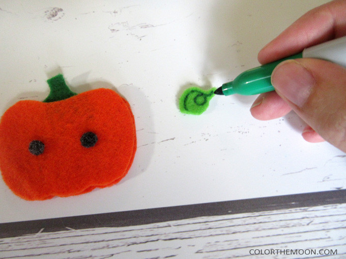 These DIY Halloween Headbands are SO CUTE and so easy to make! What a great Halloween craft to make for kids!
