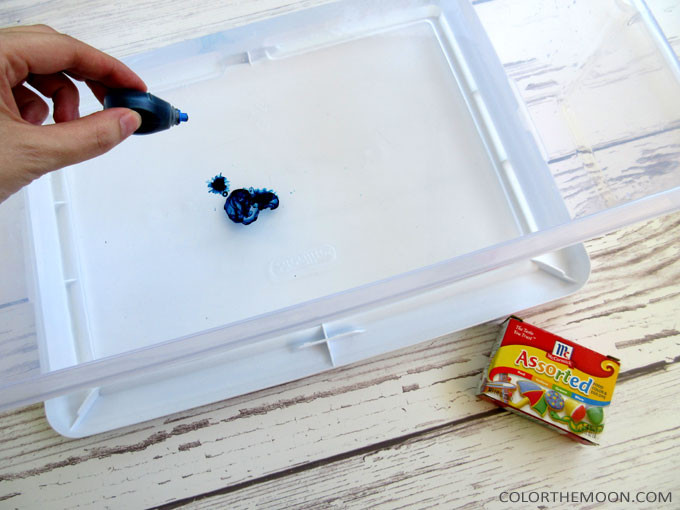 This iceberg sensory bin makes a GREAT summertime activity for kids! And it's so easy to make too! What an awesome idea for sensory play!