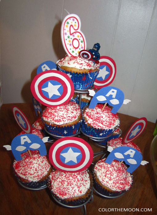 These Captain America cupcakes are AWESOME and so easy to make! What a great idea for a Captain America birthday party!