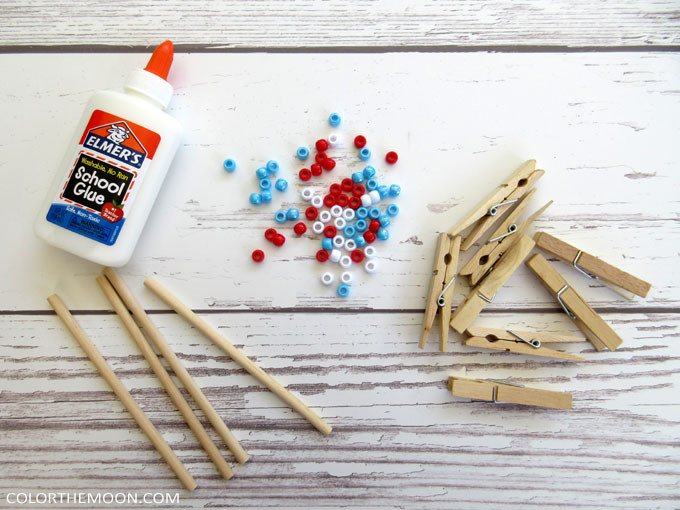 This 4th of July beaded clothespin flag is SO EASY to make! What a great 4th of July craft for kids!