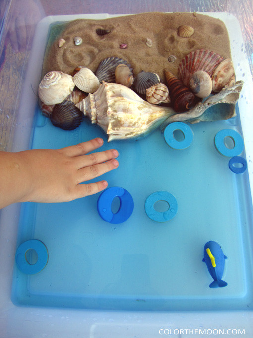 This ocean noodles sensory bin is SO FUN and so easy to make! What a great way to teach kids about the letter O!