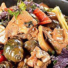 Braised Chicken with River Snails   石螺土雞煲