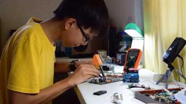 Este sorprendente niño inventó una suela de zapato que recarga tu celular mientras caminas