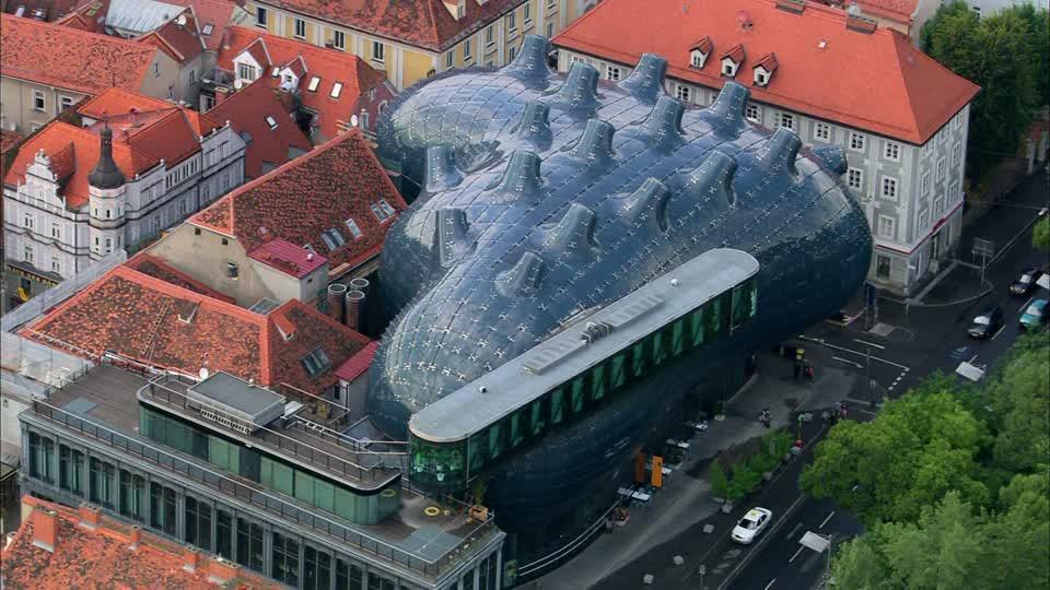 243598661-kunsthaus-graz-peter-cook-arquitectura-organica-fachada-de-cristal.jpg