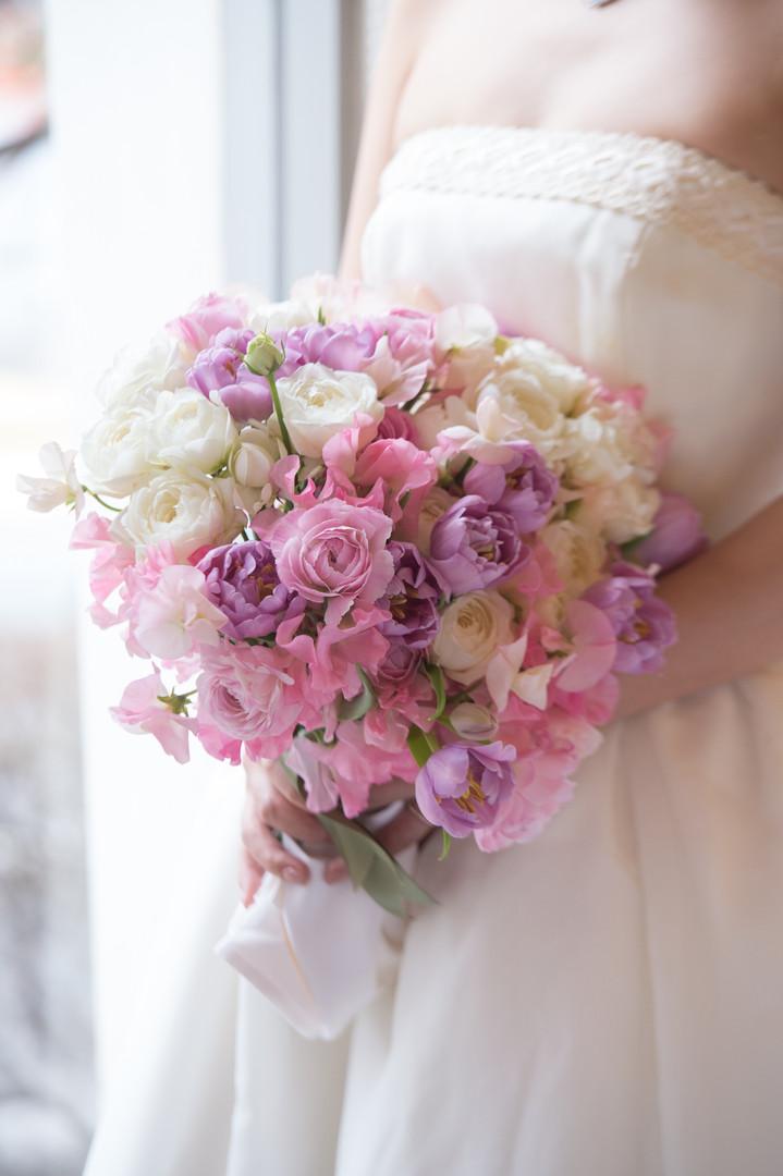 季節のお花を使った、キュートなクラッチブーケ。優しい雰囲気で甘く女性らしい雰囲気のブーケです。