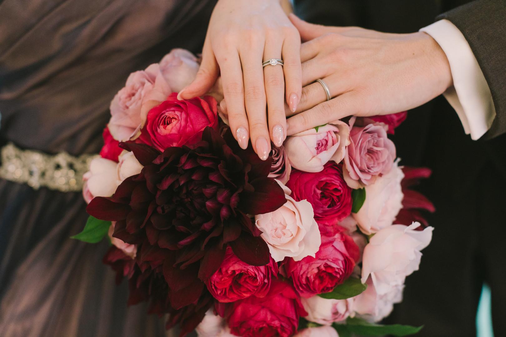 こっくりとした色合いの大輪のダリアにラズベリー色や落ち着いた色あいのピンクのオールドローズを合わせたクラッチブーケ。ドレスの色に合わせたシックで華やかなブーケです。