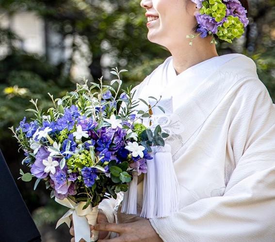 和装に合わせたナチュラルなクラッチブーケ。ジャスミンと高貴なイメージのパープルを合わせました。ヘッドにもブーケと同じお花をたっぷりとつけて華やかな印象に。