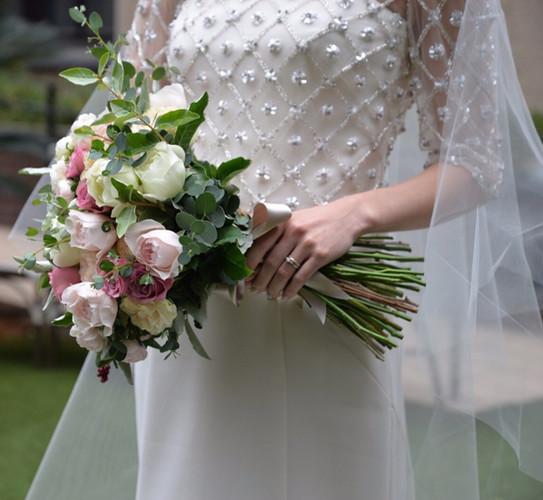 真っ白なオールドローズやアンティークカラーのバラなどのクラッチブーケ。シンプルでクラシカルなドレスに合わせておつくりしました。