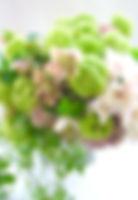 グリーンと色々なピンクのクラッチブーケ