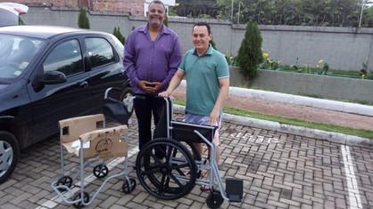 Glomaron entrega cadeira de rodas através do Centro Maçônico de Assistência a Saúde.