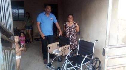 O Centro Maçônico de Assistência à Saude - CEMAS, doa cadeira de Rodas e de Banho.