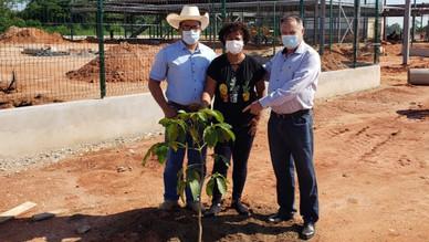 Glomaron planta árvore na frente do 1° centro de prevenção do Hospital do Amor em Ji-Paraná.