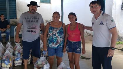 Loja Estrela Renascente nº 02 faz entrega de cestas básicas à comunidade no entorno da loja.