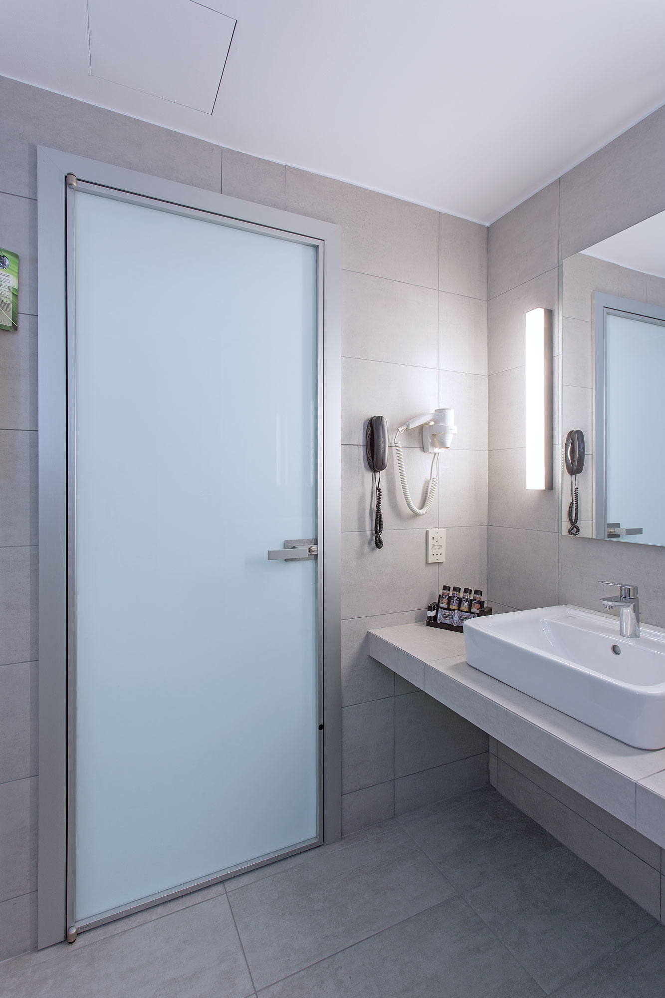 INTERNAL DOOR MINIMAL WITH ALUMINUM FRAME & WHITE GLASS,