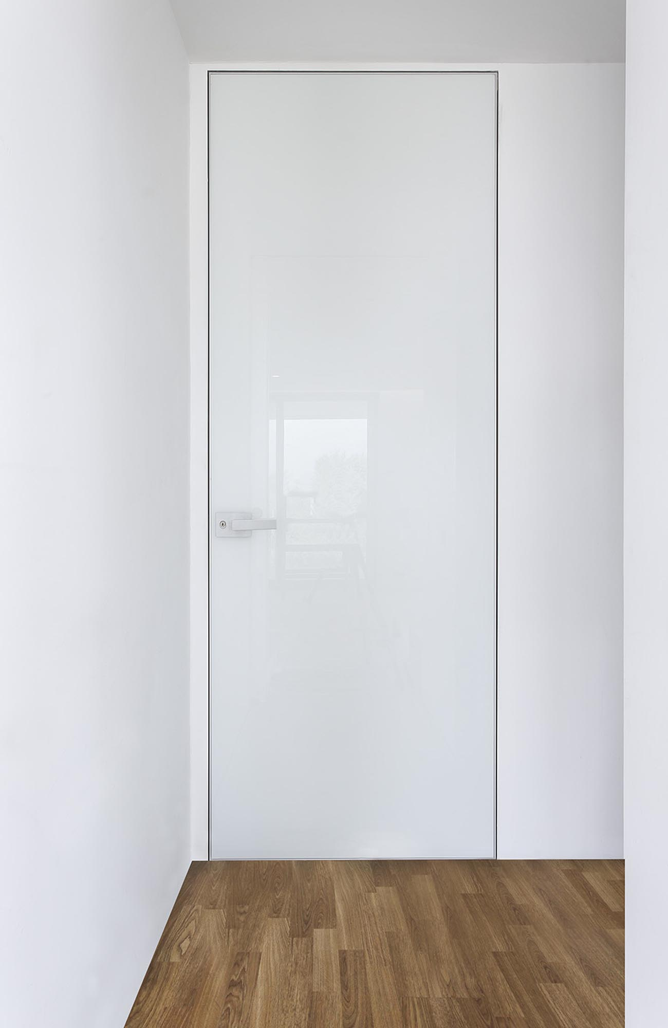 INTERNAL DOOR LESS WITH HIDDEN ALUMINUM FRAME & GLASS,