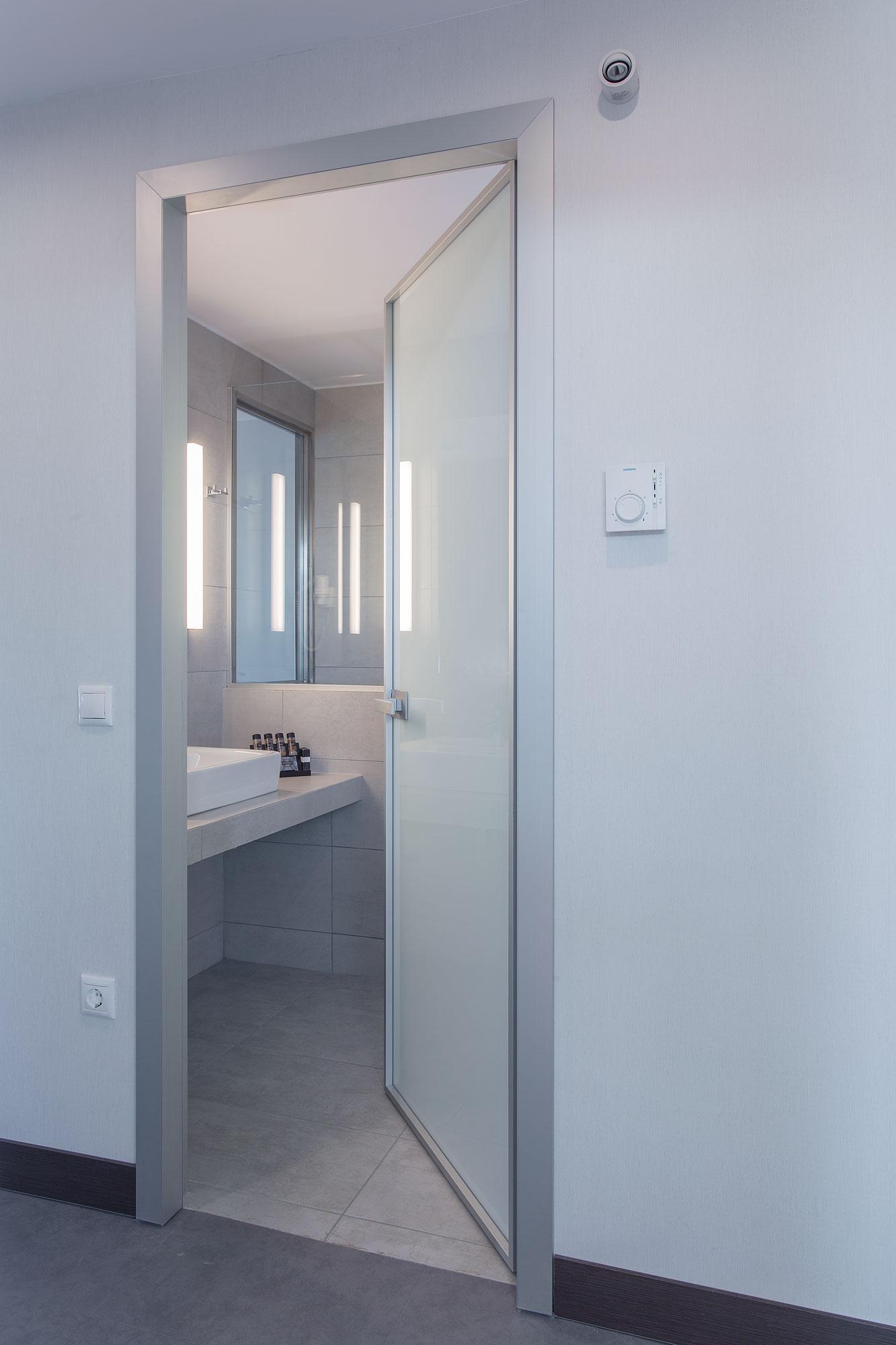 INTERNAL DOOR MINIMAL WITH ALUMINUM FRAME & WHITE GLASS..