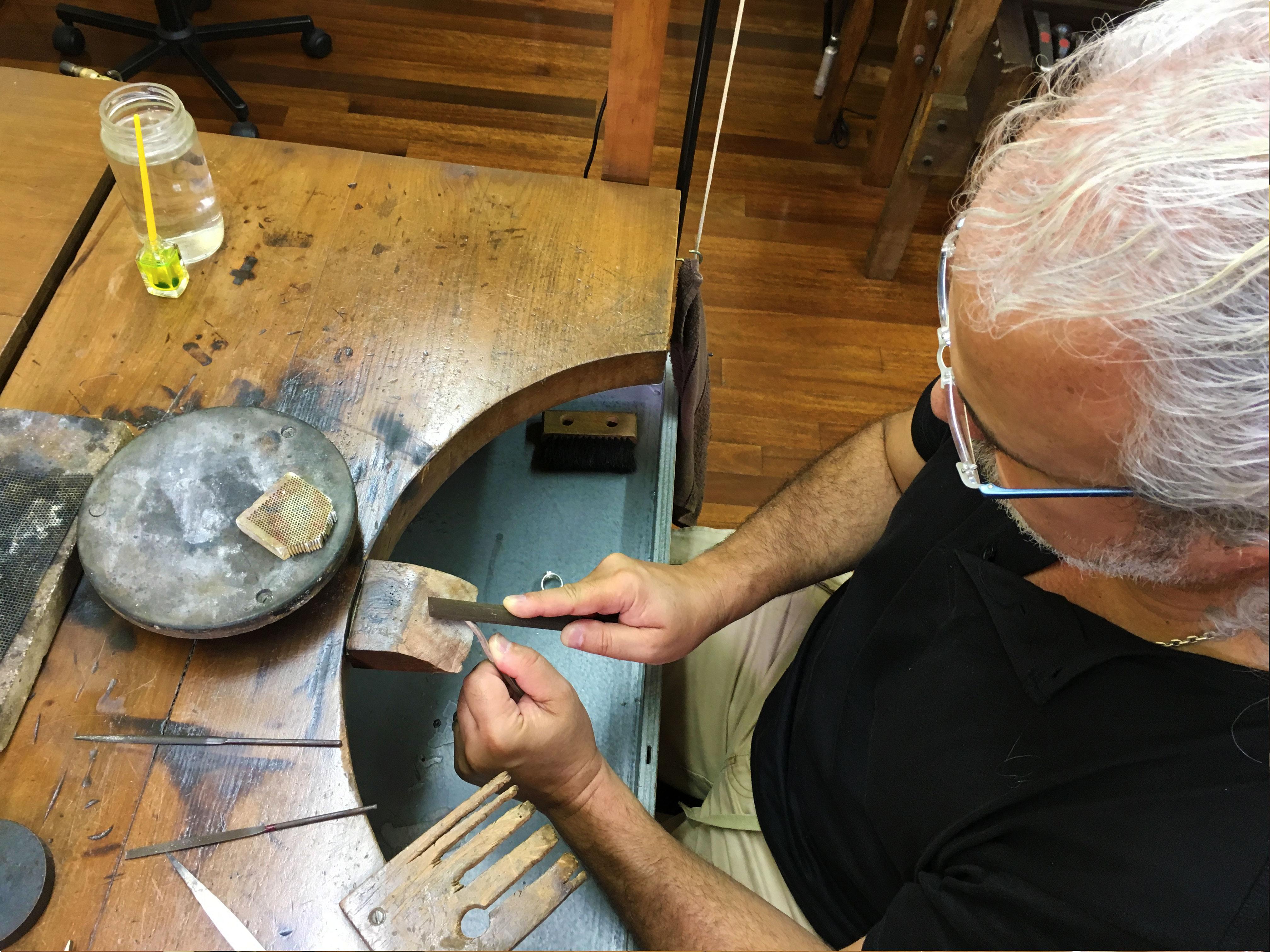 Autor-de-joias-trabalhando