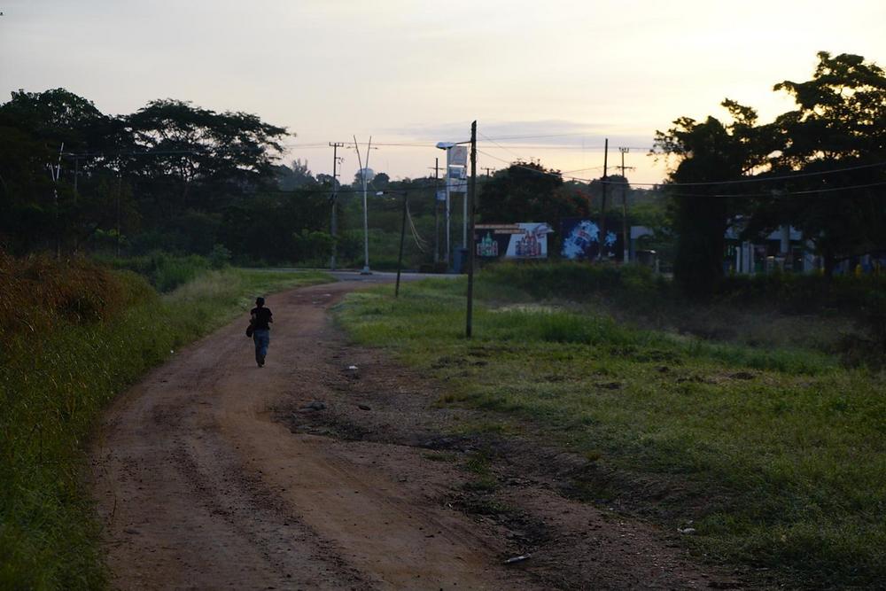 Cerca de las vías del tren, migrante corriendo, Tenosique, Tabasco. Foto: Irving Mondragón