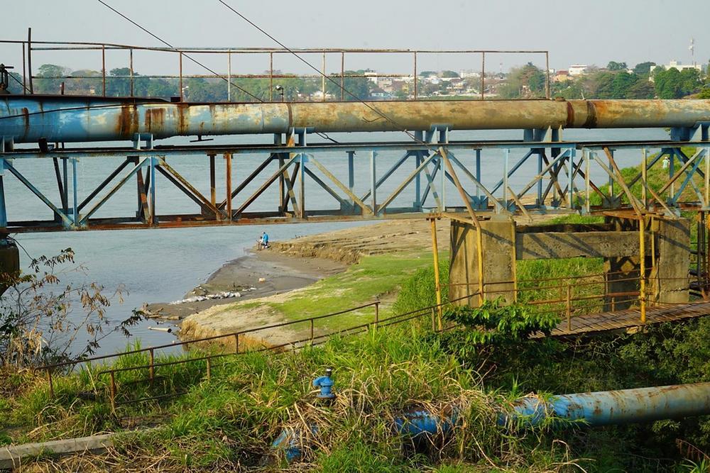 Cerca de las tubería para tratar el agua, y donde las personas migrantes van a bañarse. Rio Usumascinta, Tenosique, Tabasco. Foto: Irving Mongradón