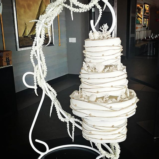 Gold and white hanging wedding cake deco