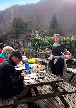 Agréable terrasse au Gîte de Fos pour les beaux jours face à la montagne