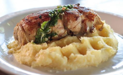 Sobrecoxa recheada com tomate seco e provolone ao pesto de rúcula com purê de batatas. Acompanha arroz.