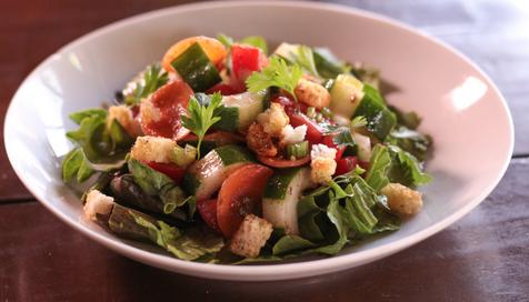 Salada Crocante Folhas com pepino, tomate, picles de cebola roxa, cenoura e croutons