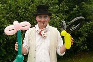 Wallis et Bidibulle qui font des personnages et animaux en sculpture de ballons.