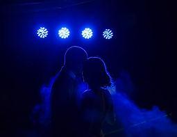 Couple de mariée sous une lumière bleutée. Ouverture du bal du mariage.