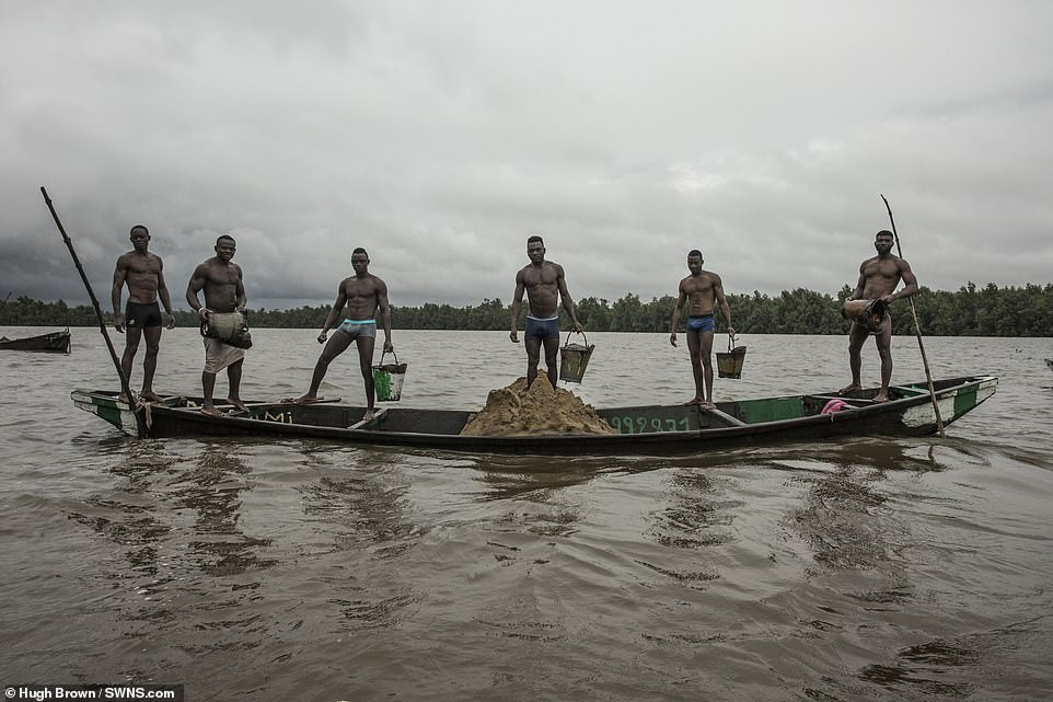 Cameroon divers in Wouri river Douala - Mpakoville