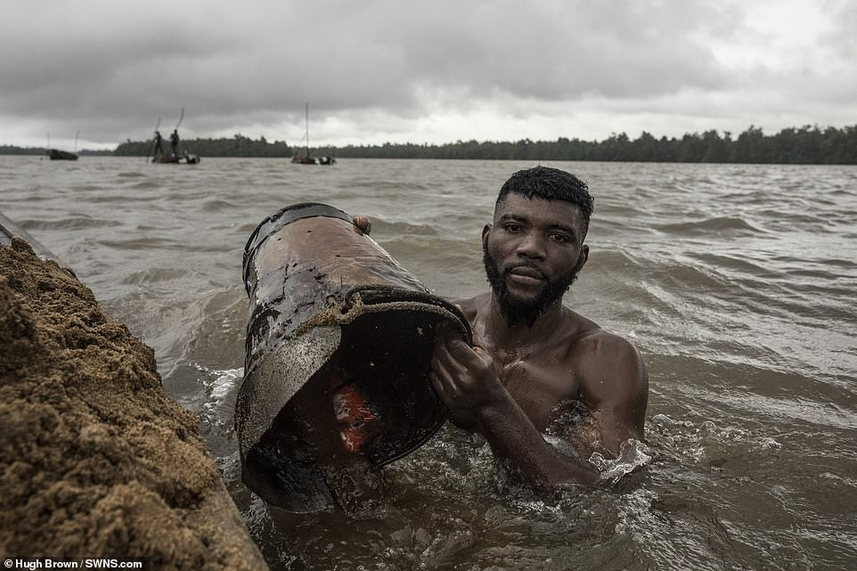 Cameroon divers in River Wouri Douala - Mpakoville