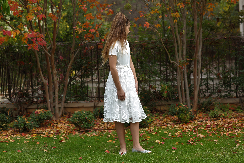 שמלה לבנה עם שרוול וחלק תחתו