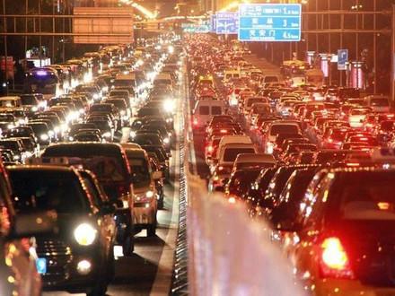 两会首谈拥堵费,路堵了车主应该给钱吗?