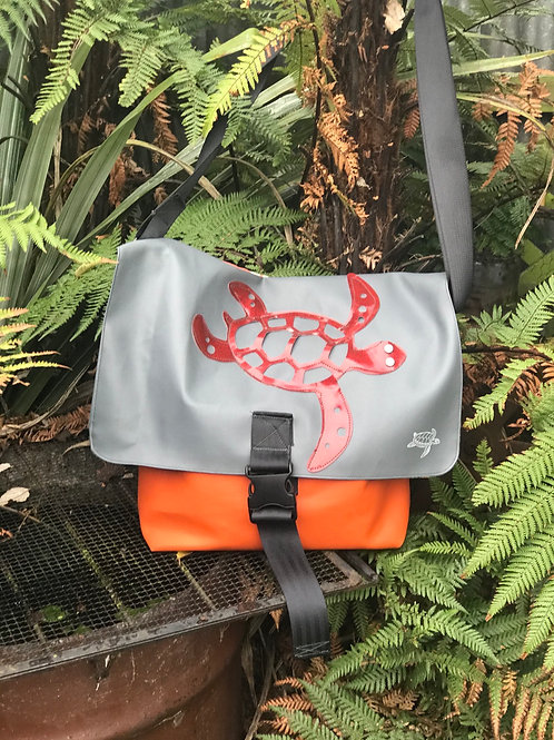 Turtle love - messenger bag