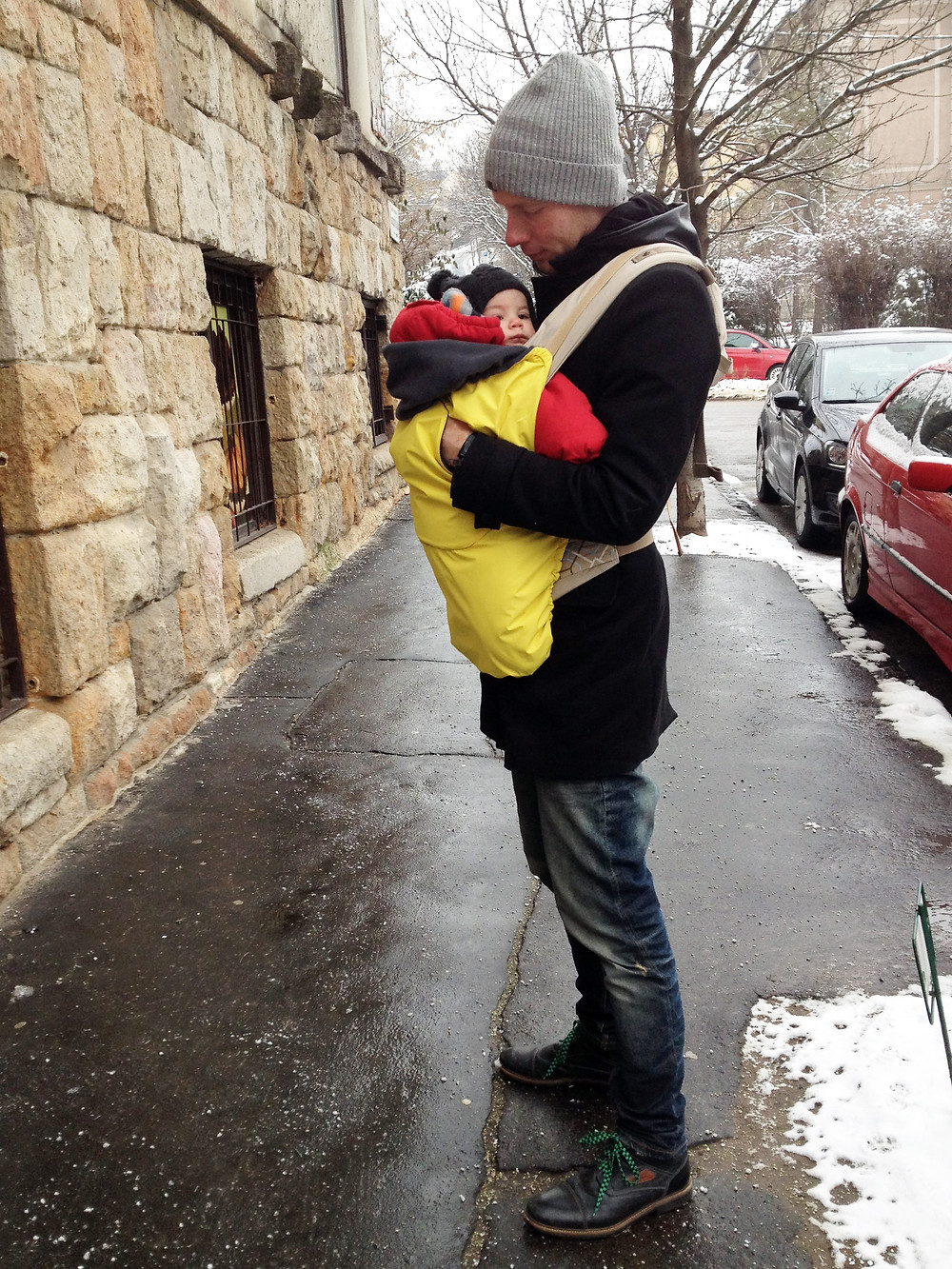 Nem csak az édesanyák hordozhatják a babájukat hidegebb időben, az édesapák vagy más családtagok is megtehetik KOJALA hordozótakaró segítségével.
